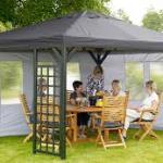 Беседка или шатер на территории загородного дома